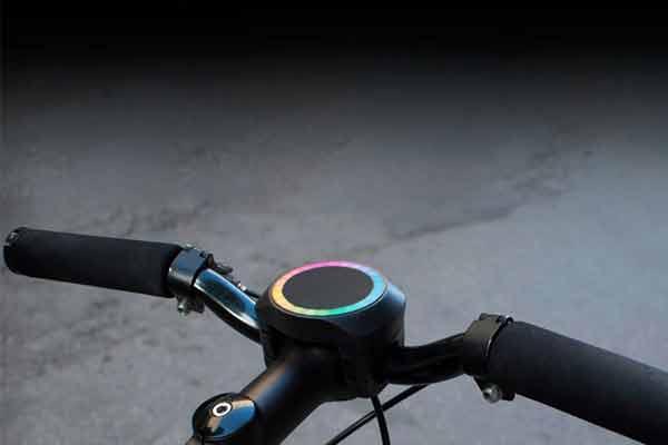 导语:智能自行车可以导航,可以带来乐趣,但不是每个人都愿意花钱买一辆贵价智能自行车,特别是家里已经有一辆不错的普通自行车。不过,现在有一款名为SmartHalo的简约耐用型产品可以把普通自行车变成智能自行车,提供智能导航和安全骑行体验。  智能自行车导航器 据称,SmartHalo采用的LED导航系统在日光下清晰可见,它安装在车头中间。配对智能手机设置好GPS导航后,SmartHalo会通过变色闪烁LED灯指引用户前往目的地。 右边亮起绿光半圆表示准备右转,闪烁表示现在右转。左上方亮起绿光四分之一圆表示