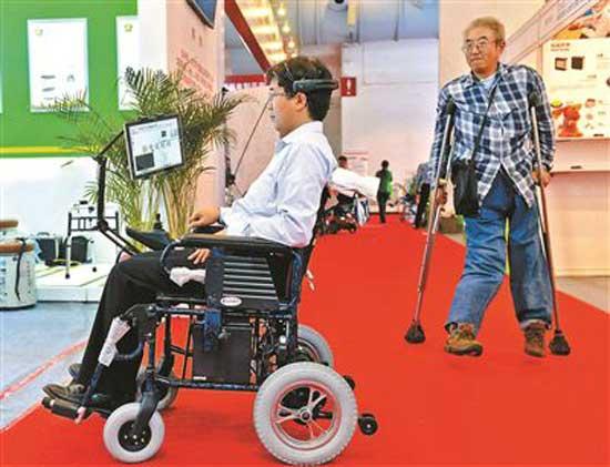 脑电波电动轮椅 用意念来驱使轮椅