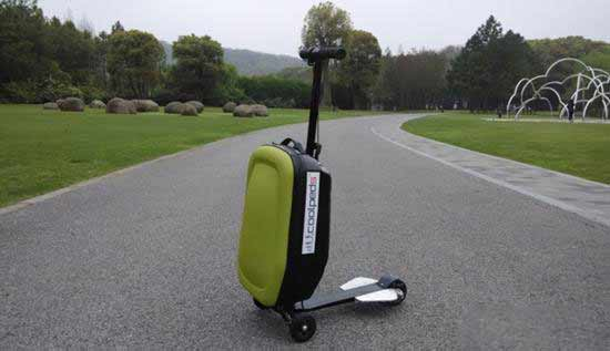 导语:电动滑板车是继传统滑板之后的又一滑板运动的新型产品形式。电动滑板车十分节省能源,充电快速且航程能力长。整车造型美观、操作方便,驾驶更安全。对于喜欢生活方便的朋友来说绝对是非常适合的一种选择,给生活添加多一分乐趣。行李箱,亦称旅行箱、拉杆箱,是出门时所携带用以放置物品的箱子,它是行李的其中一种类型。通常行李箱是用来放置旅途上所需要的衣物、个人护理用品及纪念品。看似没有联系的两个东西现在却被联系到了一起,Coolpeds电动滑板行李箱。 人们总是在说来一场说走就走的旅行,然而行李太沉提不动怎么办?走累了