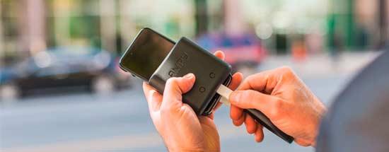 导语:可穿戴式设备是应用穿戴式技术对日常穿戴进行智能化设计、开发出可以穿戴的设备的总称。简单点说就是缩小版的电子设备,被使用者戴在身上或者衣服上。可穿戴设备具有可计算及移动、智能、互联特点。随着移动互联网的快速普及和物联网技术的广泛应用,可穿戴设备将伴随人们的日常生活、智能家庭、医疗保健和运动健身。  可穿戴设备 目前,可穿戴设备集中发展的很快,形式也变得多样化,比如手表,腕带,眼镜,袜子,衣服,等等。今年,可穿戴技术的发展速度尤为明显,因为越来越多人已经开始接受可穿戴设备。不过,相比于快速创新的可穿戴设