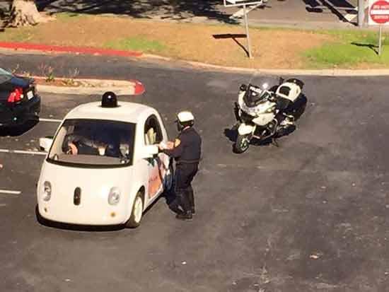 因行驶速度过慢的谷歌无人驾驶汽车被拦停高清图片