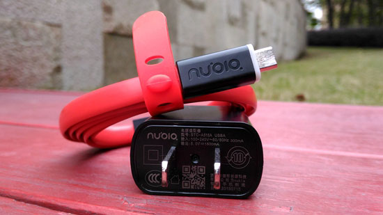 [硬蛋网原创专稿,未经许可请勿转载] 蛋君说:在国产机逐渐崛起的今天,单靠低价已无法引起更多人的关注。更重要的,还是做出自己的特色。中兴旗下努比亚品牌于2012年10月31日发布,是一个以拍照为创新点的手机品牌。今年,努比亚推出Z9系列新品,而这款Nubia Z9 mini精英版则号称手机中的单反机。究竟是否有这么厉害呢?  Nubia-Z9-mini精英版外观 一、产品开箱篇  外观正面 Nubia Z9 mini精英版外包装为白色的方形纸盒,正面中间部分有做了凹陷处理的银色品牌标识,在整个外包装四个侧