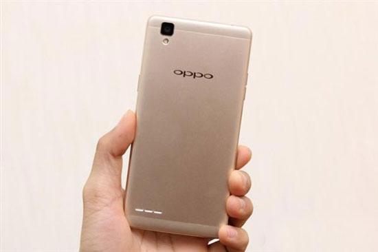 导语:国内智能手机市场的饱和让众多的国产手机厂商开始着眼海外市场,而一些东南亚、亚洲以及拉美这样新兴的市场成为了香饽饽,继印度之后,OPPO在昨天宣布将在越南发布一款全新的智能手机OPPO F1,售价6490000越南盾,约合人民币1950元。  智能手机OPPO F1 这款OPPO F1外观采用了和OPPO R7类似的金属机身设计,配备5英寸720p屏幕,搭载骁龙616八核处理器,内置3GB运存。而在拍照方面,OPPO F1前置800万像素自拍镜头,配备f/2.