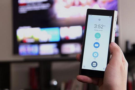 导语:即便现代家庭中的WIFI信号无处不在,甚至还拥有一些智能家电产品,但一个问题可能还没有得到改善:一大堆的遥控器。是的,电视、电视盒、空调、蓝光播放器、无线音响,成堆的遥控器各自为政、杂乱不堪。  遥控器 事实上,市场中早就存在一种一体化遥控器解决方案,这就是万能遥控器。然而,早期的技术限制让它们看上去糟透了,除了一堆不明的按键,还要忍受复杂的编程和时好时坏的连接。而现在,随着智能系统、WIFI和蓝牙连接的加入,智能遥控器似乎值得重新考虑。 新型万能遥控器值得考虑  新型万能遥控器 《华尔街日报》网站