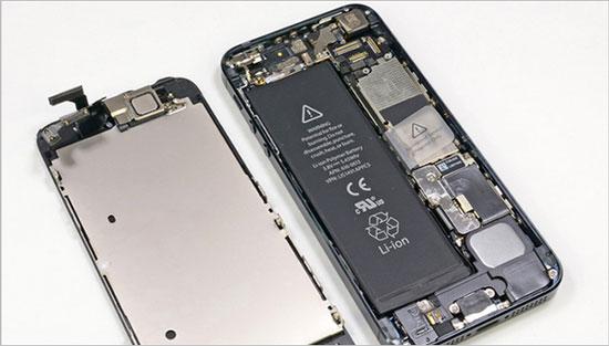 导语:一场突如其来的超级寒潮不仅让大家伙儿着实体验了一把透心凉,还顺便把不少人的iPhone手机调成了速冻模式。最近几天网络上有关iPhone遇冷自动关机的吐槽声音此起彼伏,而使用Android手机的用户却很少听到这样的抱怨。一定有不少iPhone用户想知道为什么自己的手机就不如一些Android的手机耐冻?今天的我要问数码就和大家来聊聊这个话题。  iPhone 耐不耐冻其实考验的是手机电池 手机耐不耐冻,其实主要说的是手机电池的耐冻性。不管你用的是iPhone还是Android手机,就目前来看,