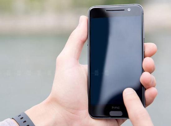 导语:尽管相比其他厂商即将推出的旗舰新机,HTC One M10似乎显得要神秘许多,但最近还是有不少消息被陆续曝光。日前,爆料大神@evleaks在国外网站Venturebeat上撰文披露了HTC One M10的部分规格配置,包括5.1英寸2K触控屏,搭载骁龙820处理器,并拥有具备激光对焦和光学防抖的1200万像素UltraPixel镜头等。但该机似乎不会采用前置双扬声器设计,并在正面home键上整合了指纹识别功能。  HTC One M10 配5.