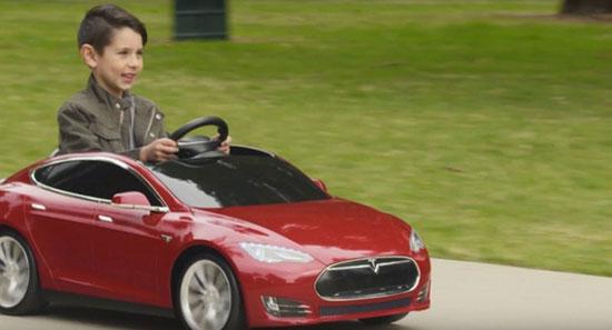 导语:特斯拉联合儿童玩具厂商Radio Flyer推出了一款迷你版Model S电动车。这款儿童玩具车不仅仅样子很像,而且也可以充电,甚至能上路驾驶,最高速度仅有6英里/时(约合10公里/时)。这部玩具车售价499美元,现在就可以在Radio Flyer网站预定,今年5月份开始发货。官方宣称这款车只适合3-8岁儿童,载重限制在81磅(约合37公斤)以内。  特斯拉儿童版 据科技网站theverge报道,特斯拉公司本周与玩具厂商Radio Flyer合作推出了一款儿童版的Model S型轿车。