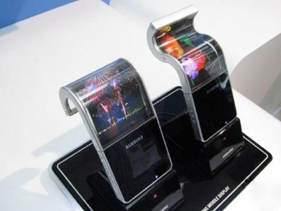 导语:AMOLED屏幕的构造有三层,AMOLED屏幕+TouchScreenPanel(触控屏面板)+外保护玻璃。AMOLED是OLED技术的一种,OLED代表着它是自发光显示器,利用多层有机化合物来实现独立R、G、B三色光。  AMOLED屏幕单价已低于LCD 据科技网站PhoneArena报道,AMOLED屏幕经过多年的发展,终于开始显现出君临天下的王者气质了。数据显示,AMOLED屏幕的单价已经低于老对手LCD屏幕,价格再也不是AMOLED普及的瓶颈,用户未来都能用上色彩鲜艳,功耗较低的AMOLED