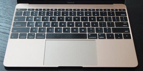 导语:苹果推出的最新笔记本电脑MacBook键盘十分特殊,其键程非常短,以至于手指按下去后没有明显感觉,这意味着其可比同类设备更薄。但是据苹果去年秋季提交的专利申请显示,苹果可能正在考虑彻底放弃笔记本电脑键盘,转而使用完全平坦的触控键盘代替。  苹果申请触控键盘专利 这项触控键盘专利据说是可配置的电子设备力敏输入结构,是一种与电子设备互动的方式。专利图片显示它可被应用到款类似MacBook的笔记本电脑上。实际上,苹果正试验零旅行(zero-travel)输入模式。举例来说,触屏就属于零旅行输入。
