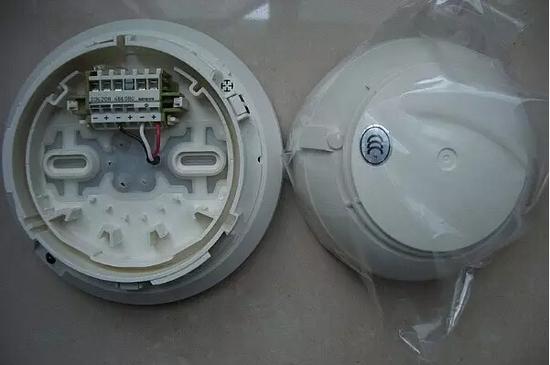 光电感烟探测器的结构图如下,当火灾初期,有烟雾产生时,烟雾进入