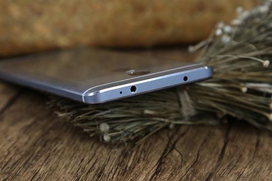 7月27日,小米在北京召開夏季新品發布會,推出紅米新的系列紅米Pro。小米給紅米Pro的定位是打造國民旗艦手機,也就是說要將紅米Pro做到旗艦機的水準。紅米Pro采用目前旗艦機的雙攝像頭,攝像頭組合為500萬+1300萬像素;紅米Pro采用金屬機身,為了彰顯金屬感,采用了金屬拉絲的材質;屏幕采用了5.
