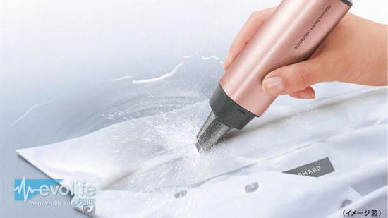 超声波洗衣机 UW-A1 据称,夏普此次推出的手持洗衣机,核心参数在于每分钟38000次的快速震动,可在衣物纤维缝隙中产生微小气泡,将污垢、汗渍有效去除。相比较手洗,能够更加精准地清晰类似于衣襟、袖口这样的边角部位,而使用起来也非常简单,仅需要将待洗衣物浸泡,在水中用机身的头部在需要清晰的部位轻轻移动即可。 此外,由于夏普UW-A1采用了充电式设计,使用的时候就免除了电源线的困扰,规格尺寸大约为40X168mm,重约200g,轻巧紧凑的外观设计,也十分便于携带。另外,夏普UW-A1还带有一个类似海绵粉扑