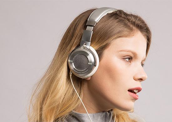 手机厂商的竞争已经蔓延到耳机领域了。继魅族推出399元的HD50头戴式耳机后,小米又推出了小米头戴式耳机银白色版,售价499元。  小米头戴式耳机 配置方面,在小米官方的文案中,这款耳机采用了金属材质50mm尺寸的发声振膜,还设计了一个独特的音腔声学结构,采用了特殊阻尼材料。音频线材方面则采用了镀银无氧铜线材,同时还采用了低阻抗设计等等。总之在小米的口中是一款秒超平的存在。 小米头戴式耳机采用航天金属材质,发声振膜,50mm 超大尺寸,同级别最大。听起来特别舒服,声音也特别大。 通透音场,犹如置身音乐会