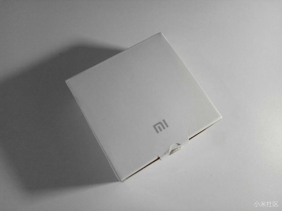 前言: 小米随身蓝牙音箱是小米公司最新生产的一款蓝牙音箱,其实从产品名大致就可以知道这款蓝牙音箱体积肯定不大,毕竟是称为随身的产品,这也是它的第一个亮点,第二、我记得小米创始人雷军说过一句我很感动的话:做用户买的起的产品所以一如小米以往的风格、这款随身蓝牙音箱售价只有69元,以前售价最低价的蓝牙音箱是小钢炮,总的来说小钢炮各方面感受还是很不错的,小钢炮估计很多人体验过,对小米随身蓝牙音箱感兴趣的米粉就一起往下看看小米随身蓝牙音箱到底好或者不好! 体验分享: 首先来介绍一下小米随身蓝牙音箱的包装,产品
