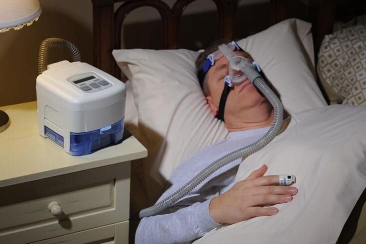 打呼噜很痛苦?咱们试试舒服的ESUN智鼾垫 对于打呼噜大家都不陌生,但是怎么解决打呼噜,打鼾者们却经历了各种坎坷。 例如说常见的止鼾方法有佩戴呼吸机、做手术、佩戴止鼾器、侧卧等,在一定程度上有效减轻打呼噜带来的各种影响,但也造成其他的不适感。  佩戴呼吸机不舒适 晚上睡觉的时候佩戴呼吸机,一个巨大面罩盖在脸上,还得连接着气泵,睡觉的舒适性可想而知;做手术的费用高,随时还会复发,最后钱花了,呼噜声又回来了。市面上很多止鼾器则是通过电击、震动、放音乐等的方式把使用者弄醒,每天晚上都难以入眠。 那么有没有既可以